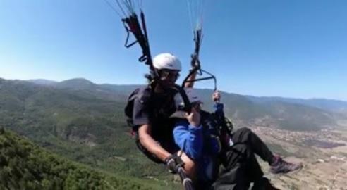 A circa ottanta anni realizza il sogno di volare affidandosi a mani esperte